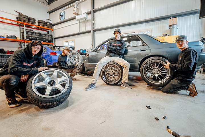 Video: Bagging our R32 Skyline with Air Lift 3P
